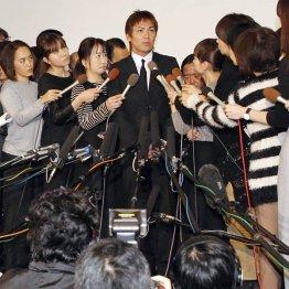 女性リポーターに囲まれた狩野英孝(C)日刊ゲンダイ