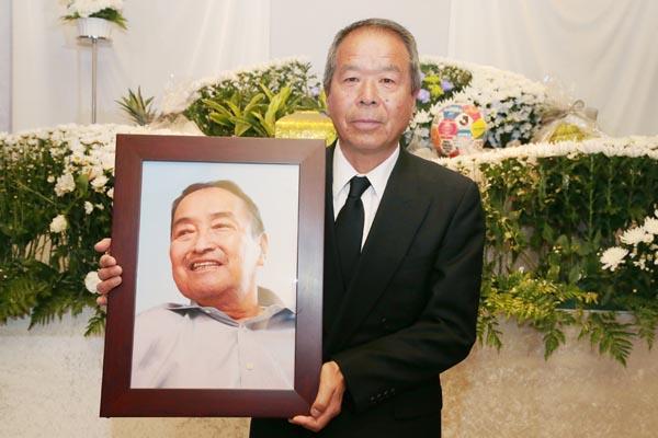 木之本さんの遺影を抱く筆者(C)Norio ROKUKAWA/Office La Strada