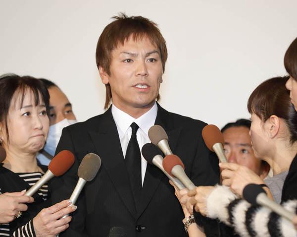 淫行疑惑について会見する狩野英孝(C)日刊ゲンダイ