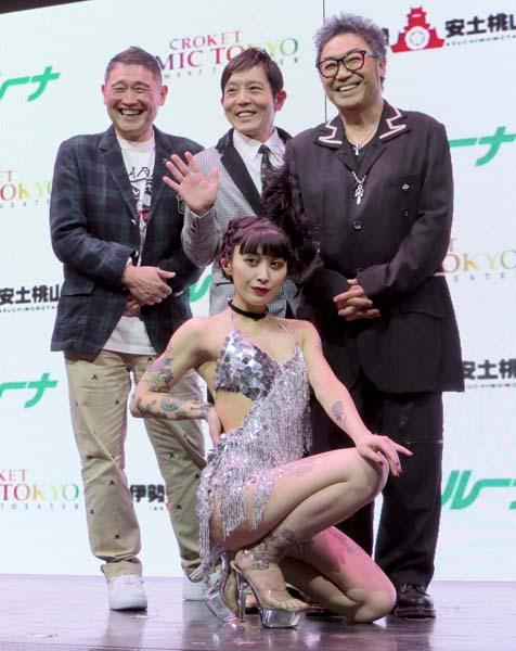 オーデションに参加したお笑いコンビ「XーGAN」(左奥)とMVPに輝いたダンサーのacha(前列)とともに(C)日刊ゲンダイ
