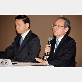 27日、原発事業の縮小や大幅見直しを発表する東芝の綱川智社長ら(C)日刊ゲンダイ