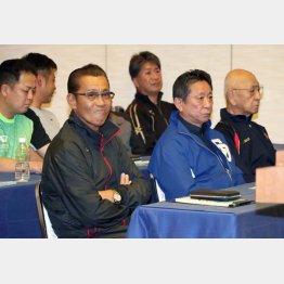 スタッフミーティングに参加する森監督(左)/(C)日刊ゲンダイ