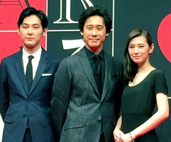 左から松田龍平、大泉洋、北川景子(C)日刊ゲンダイ