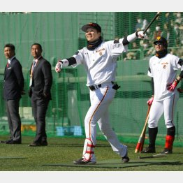 小久保監督(左)が見守る中、快音を連発した坂本/(C)日刊ゲンダイ