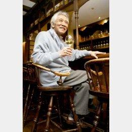 ワイングラスを手にほほえむ藤村俊二さん(C)日刊ゲンダイ