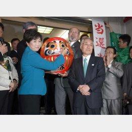 だるまに目を入れ、「主役は私」と言わんばかりの小池都知事と当選した石川区長(右)/(C)日刊ゲンダイ
