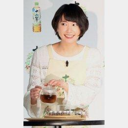 エプロン姿の新垣結衣(C)日刊ゲンダイ