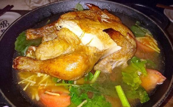 「アロハアミーゴ」の『丸鶏とクレソンの鍋』/(C)日刊ゲンダイ