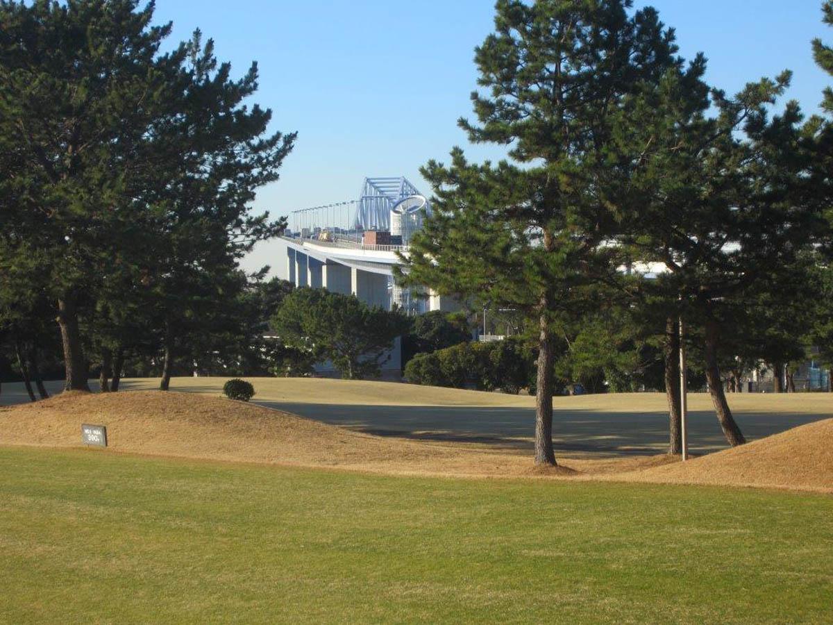 3番ホールのティーグラウンドからゲートブリッジが見える(提供写真)