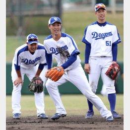 堂上(左)、新人の京田(右)と遊撃のポジションを争う阿部(C)日刊ゲンダイ
