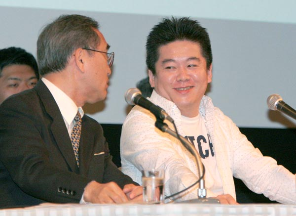 共同会見でホリエモンに話しかける亀渕氏(C)日刊ゲンダイ