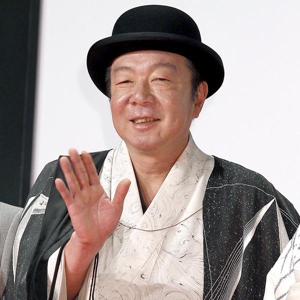 白い着物を着て黒い帽子をかぶった古田新太の画像