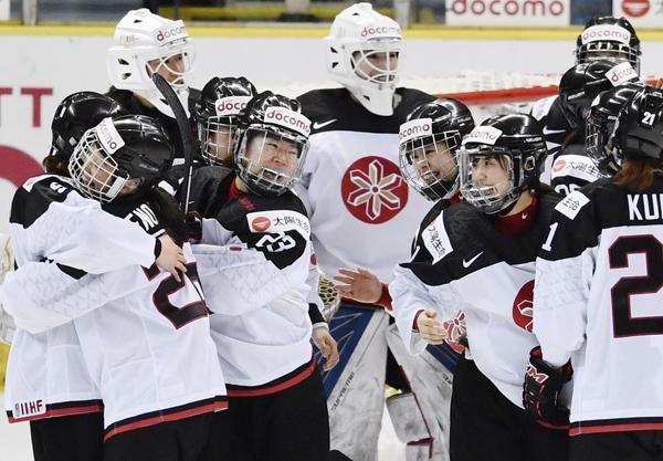 ドイツに勝って喜ぶアイスホッケー女子日本代表(C)共同通信社