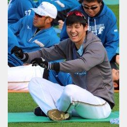 ウォーミングアップでは笑顔(C)日刊ゲンダイ