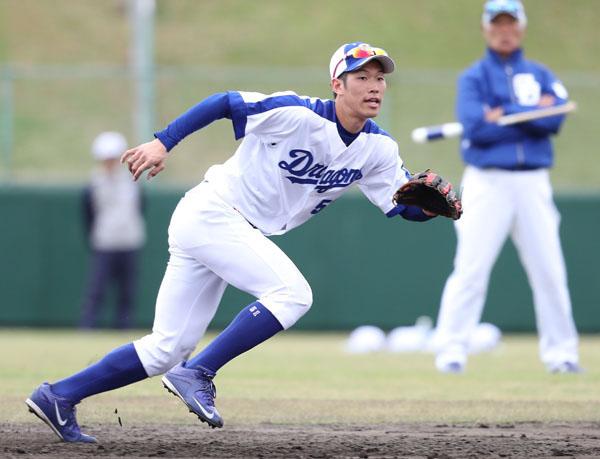 二塁のレギュラーを狙う京田(C)日刊ゲンダイ