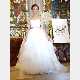 ハワイ挙式で着たウエディングドレスを披露(C)日刊ゲンダイ