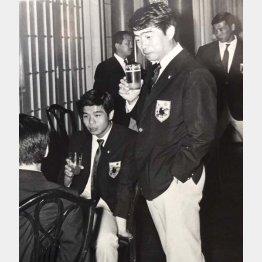 日本代表のパーティーで。19歳の筆者はジュースで乾杯(右は岡野氏)/(提供写真)