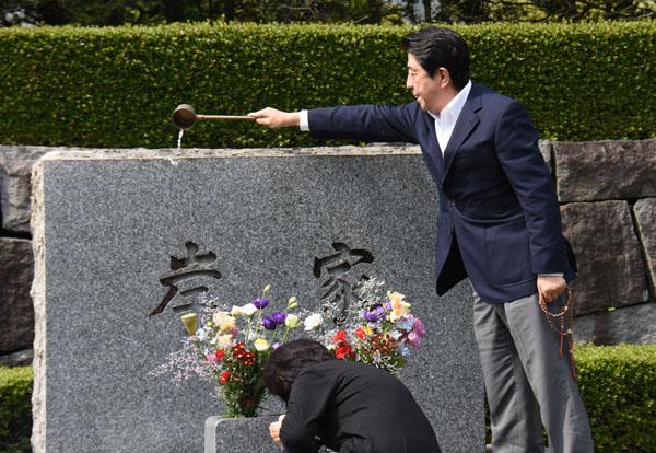祖父の岸信介元首相の墓石に水を掛ける安倍首相 (C)日刊ゲンダイ