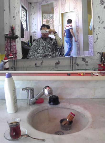 サハリンのノグリキで散髪中にパチリ(上)・マラティヤ(トルコ)ではお茶がサービス(提供写真)