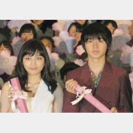 映画でダブル主演を務める川口春奈と山崎賢人(C)日刊ゲンダイ