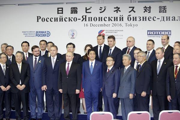 「日露ビジネス対話」の全体会合に出席した、左からロシアのプーチン大統領、安倍晋三首相、経団連会長の榊原定征ら (C)日刊ゲンダイ