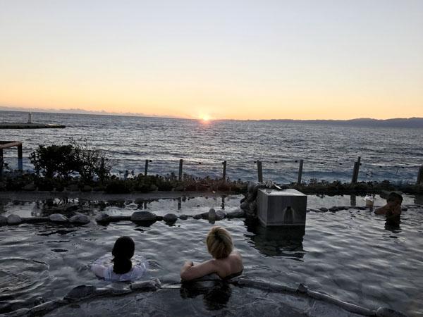 海に沈む夕日(浜の湯)/(C)日刊ゲンダイ