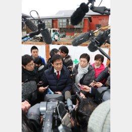 現地を視察する民進党議員(C)日刊ゲンダイ