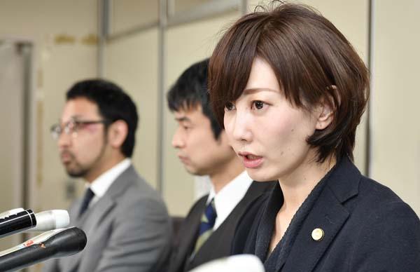記者会見する主任弁護人の亀石倫子弁護士(右)/(C)共同通信社