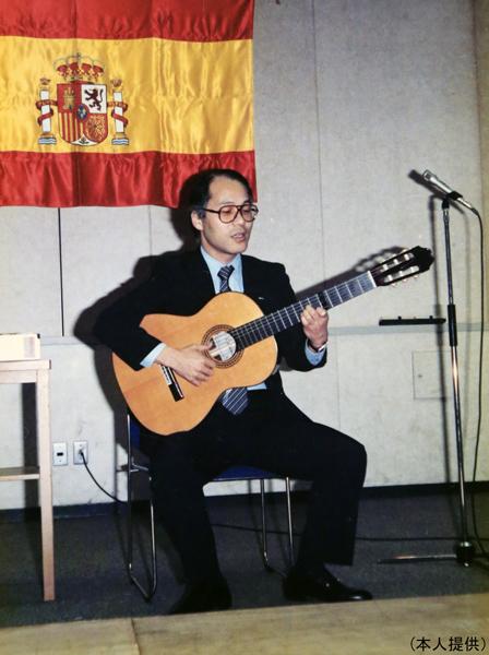 フラメンコギターもプロ並みの腕前(C)日刊ゲンダイ