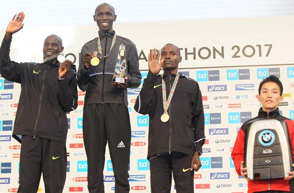 優勝したキプサング(中央)の賞金は1100万円、日本人トップの井上はBMWを貰った(C)日刊ゲンダイ
