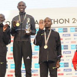 優勝したキプサング(中央)の賞金は1100万円、日本人トップの井上はBMWを貰った
