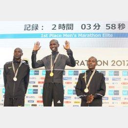 国内最高記録で優勝したキプサング(中央)/(C)日刊ゲンダイ
