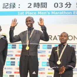 国内最高記録で優勝したキプサング(中央)