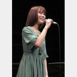 シンガー・ソングライターの半崎美子(C)日刊ゲンダイ