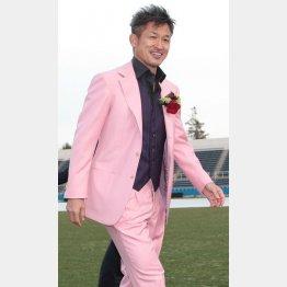 ピンクのスーツと赤いバラの似合う50歳はいない(C)Norio ROKUKAWA/Office La Strada