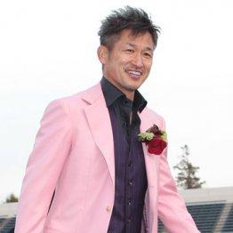 ピンクのスーツと赤いバラの似合う50歳はいない