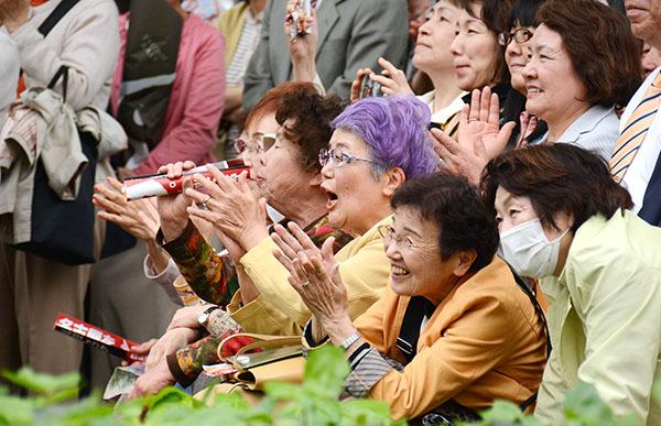 女性は高齢になっても元気がいい(C)日刊ゲンダイ