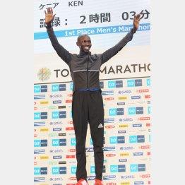 契約メーカーのニューシューズで東京マラソンを制したキプサング(C)日刊ゲンダイ
