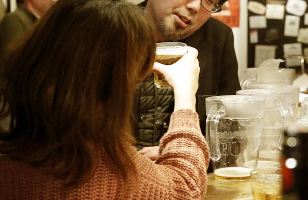 まずはさりげなく一杯、乾杯まで持ち込めたら脈ありだ(C)日刊ゲンダイ