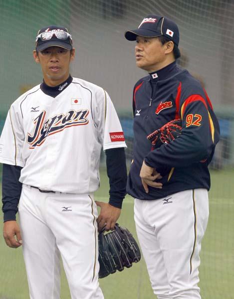 13年、ブルペンで指導する与田コーチ(右)/(C)日刊ゲンダイ