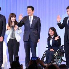 (左から)青山学院大陸上部の原晋監督、福原愛、安倍首相、上地結衣、ベイカー茉秋