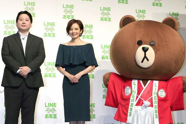 新CM発表会で舛田淳LINE取締役とベッキー(C)日刊ゲンダイ