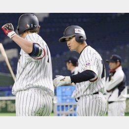 6日の練習で内川と打撃について話す青木(C)日刊ゲンダイ