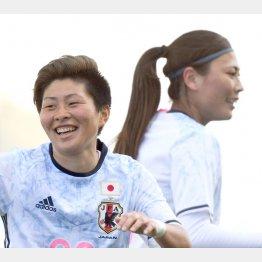 ゴールを決めて笑顔の横山(右は宇津木)/(C)早草紀子