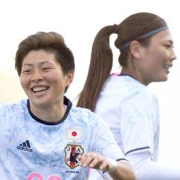 ゴールを決めて笑顔の横山(右は宇津木)