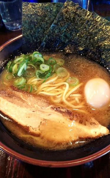 「石本家」の豚骨醤油ラーメン/(C)日刊ゲンダイ