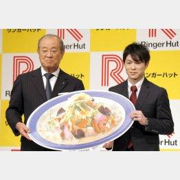 内村航平(右)所属契約会見での米浜会長/(C)日刊ゲンダイ