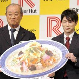 内村航平(右)所属契約会見での米浜会長