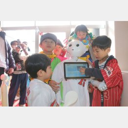 ペッパーと遊ぶ子どもたち(C)日刊ゲンダイ