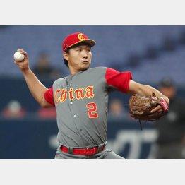 捕手、外野手、投手の3役をこなす孟偉強(C)日刊ゲンダイ